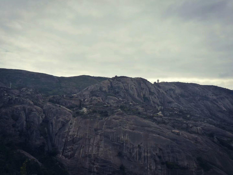 陡峭的山岩
