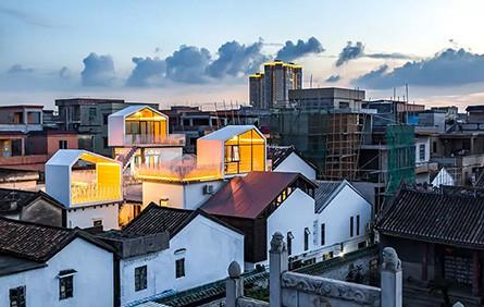 他包下東莞半個村子,改成新潮民宿,房客走屋頂串門