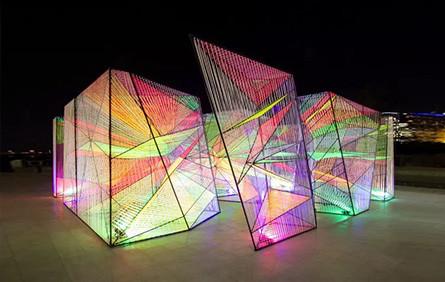 棱镜装置,彩色丝线打造网状透明空间