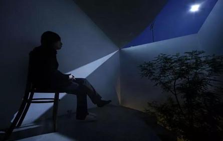 把「月亮」用到了极致,建筑师为夫妻造了座白色宅子,用来记录阴晴圆缺