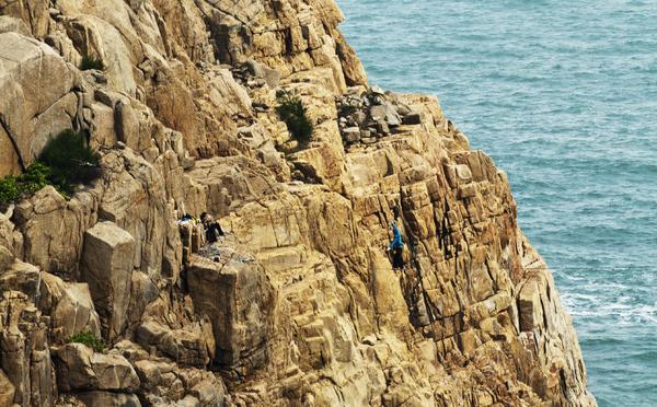 悬崖峭壁的海边攀岩