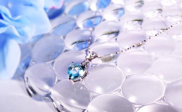 高贵的蓝项链,如何衬托出你的肤色