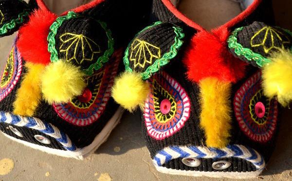 老家习俗,女儿将出嫁之际,娘家妈做的小猪鞋,更是家人的关爱