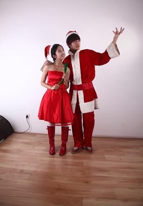 手拿红玫瑰遥想未来的圣诞情侣