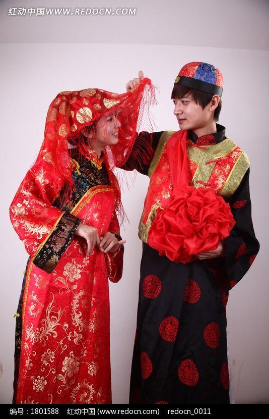 新郎掀起新娘红盖头图片; 中式婚礼新郎新娘图片素材下载(编号:180001