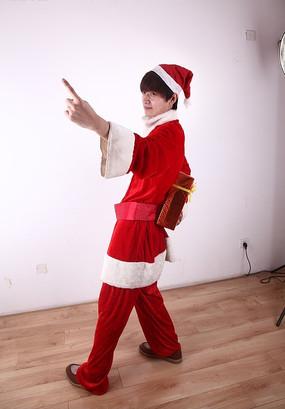 穿圣诞装拿着礼盒摆pose的男模特