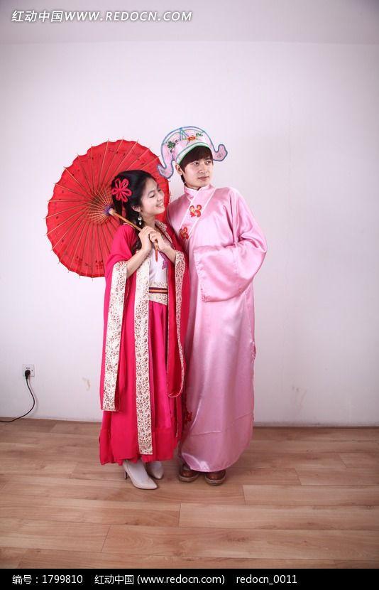 拿着红伞穿古装的情侣高清图片图片