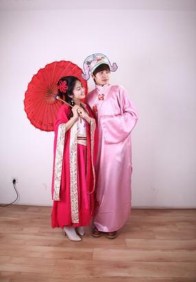 拿着红伞穿古装的情侣高清图片