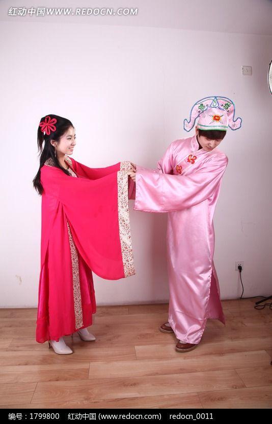 穿古装拍婚纱照的情侣图片
