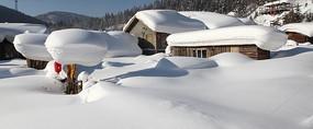 厚厚积雪的村落房屋