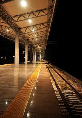 夜幕下的动车站