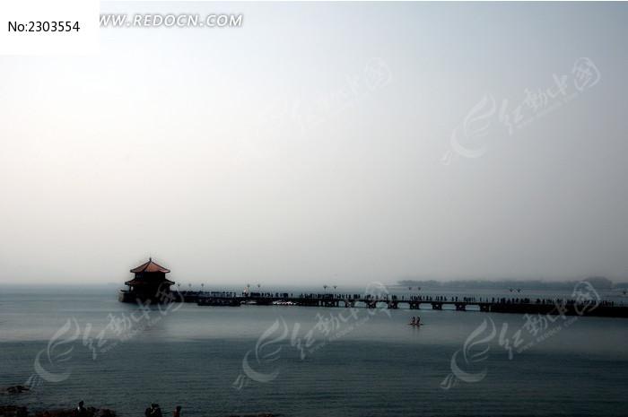 阴天的青岛栈桥图片,高清大图