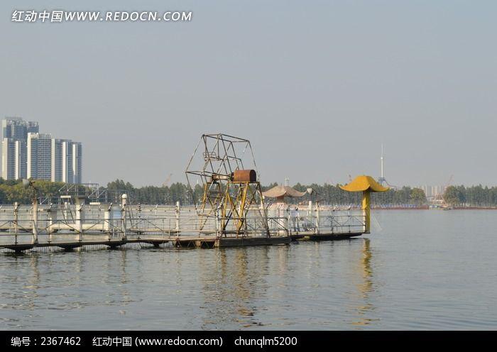 公园废旧水上小摩天轮图片