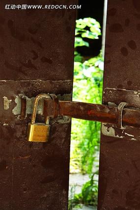 生锈的门与锁
