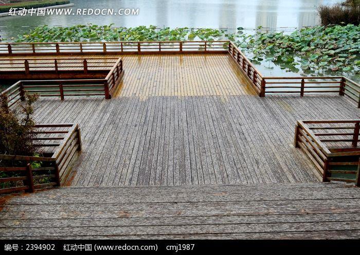 雨中的木质亲水平台