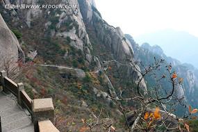黄山山腰上的崎岖山路