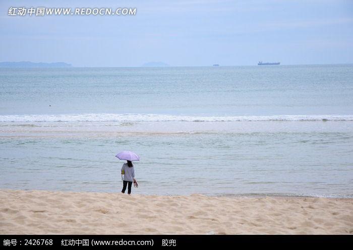 海边撑伞看海的女孩图片