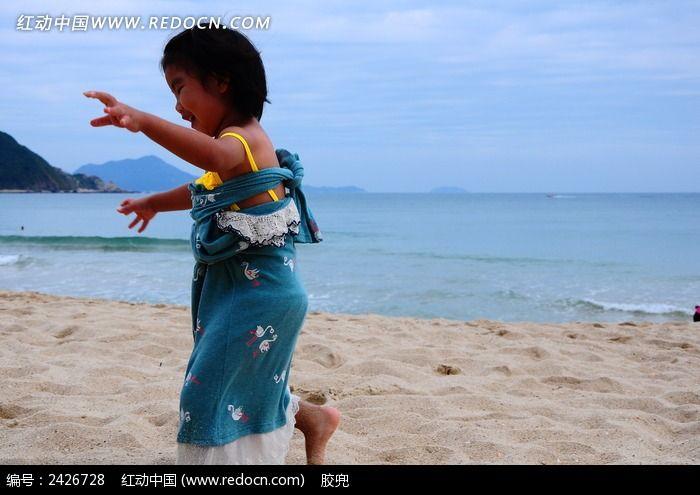 图片上的小女孩_自然风景图片素材沙滩撕女生图片