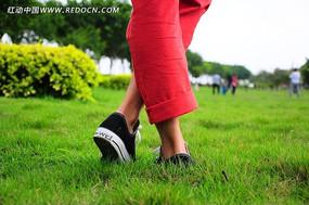 交叉双脚踩着草地