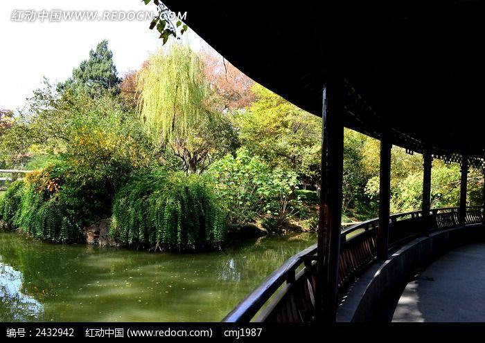 古代走廊外的河流树木图片