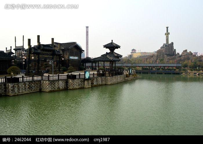 淹城的古建筑和河面