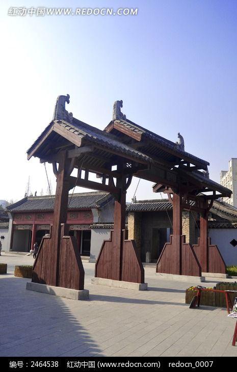 衙门前的木质牌坊图片