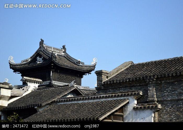 蓝天下的古建筑屋顶