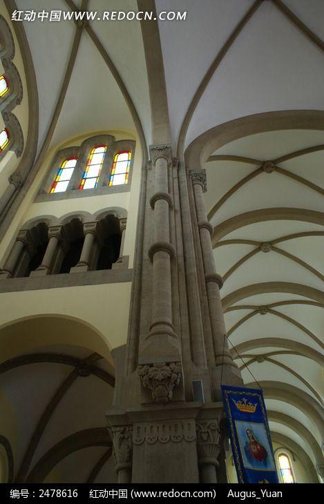 教堂的哥特式吊顶图片