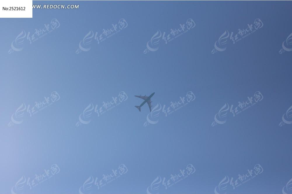 蓝天上的飞机图片,高清大图