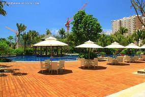 泳池旁的休闲区