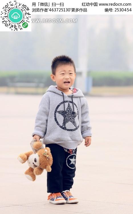 哭泣的小男孩图片