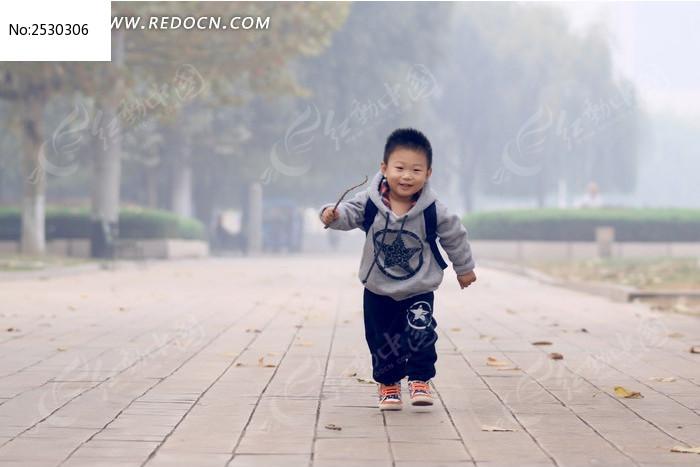 可爱孩子奔跑图片