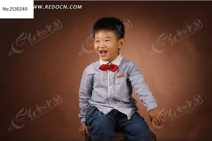 阳光的小男孩图片