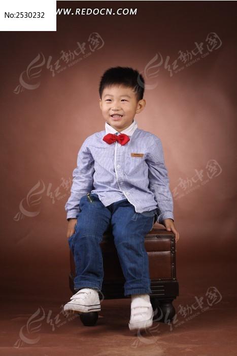 坐板凳的小孩图片,高清大图_儿童摄影素材