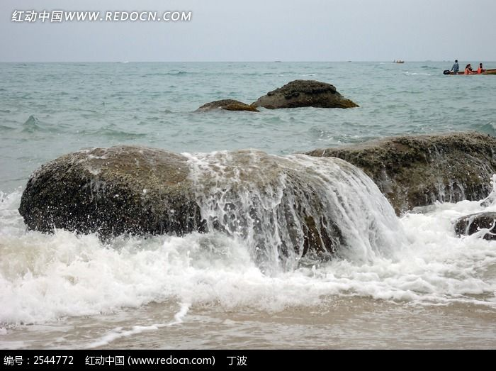 海浪冲石图片