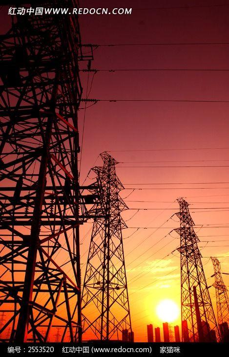 夕阳下的电力输电线