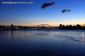 江面上的大桥全景图