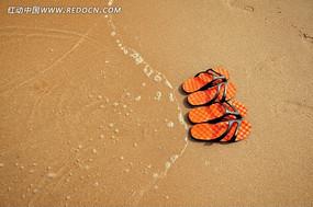 海边景区沙滩上恋人的鞋