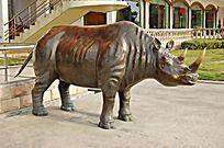 犀牛金属雕塑小品