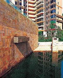 景墙下的水池