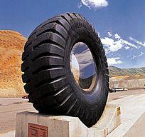 路边轮胎雕塑小品 JPG