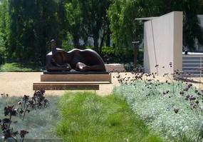 赏花人物抽象雕塑小品
