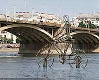 水上骑行雕塑