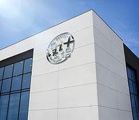 公司外墙大型LOGO的标志展示样机 PSD