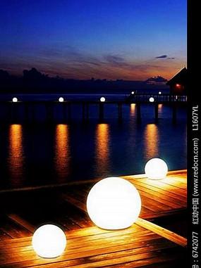 夜晚河堤旁球形景观灯
