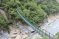 悬崖木质吊桥