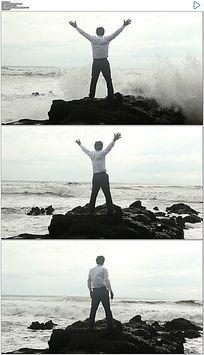 商人张开双臂召唤大海呼唤拥抱海浪实拍视频素材