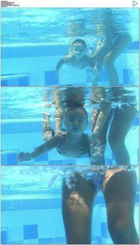 母亲抱着小孩潜水游泳实拍视频素材