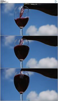 蓝天白云背景倒红酒实拍视频素材
