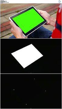 坐在公园椅子上玩平板绿屏抠像视频素材